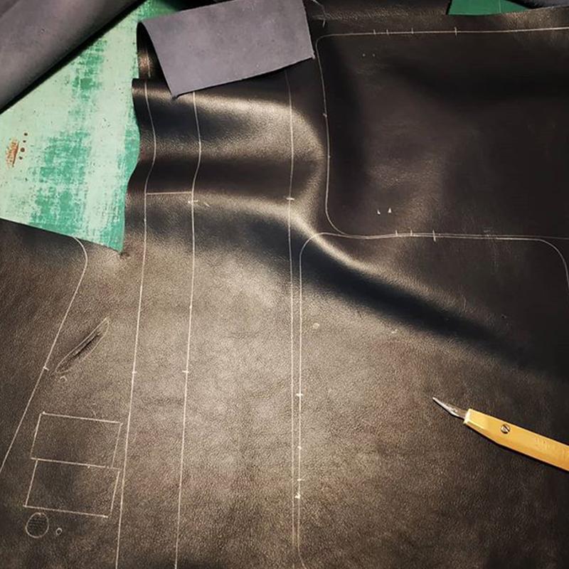 coupe cuir noir à la main